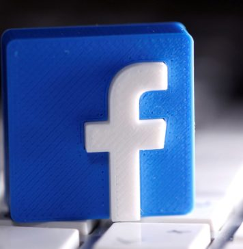 """Facebook, care ajunge la mai mulți utilizatori decât oricare altă firmă internațională din India, a identificat un nou domeniu de oportunitate pentru a-și extinde tentaculele pe a doua cea mai mare piață de internet din lume, informează techchrunch. Duminică, jonglerul social a anunțat că s-a asociat cu Consiliul Central al Învățământului Secundar, un organism guvernamental care supraveghează educația în școlile private și publice din India, pentru a lansa un curriculum certificat privind siguranța digitală și bunăstarea online și realitatea augmentată pentru studenți și educatori din țară. Prin aceste subiecte, Facebook și CBSE își propun să pregătească studenții din învățământul secundar pentru locurile de muncă actuale și emergente și să îi ajute să dezvolte abilități pentru a naviga în siguranță pe internet, pentru a face """"alegeri bine informate"""" și pentru a se gândi la sănătatea lor mentală. Facebook a spus că va oferi aceste instruiri în diferite faze. În prima fază, peste 10.000 de profesori vor fi instruiți; în al doilea, ei vor antrena 30.000 de studenți. Pregătirea de trei săptămâni cu privire la AR va acoperi elementele fundamentale ale tehnologiei naționale și modalități de a folosi Google Spark AR Studio pentru a crea experiențe cu realitate augmentată. """"Îi încurajez pe profesori și studenți să solicite programele începând cu 6 iulie 2020"""", a declarat Ramesh Pokhriyal, ministrul Uniunii Dezvoltării Resurselor Umane din India, într-o declarație. Facebook în ultimii ani și-a intensificat eforturile pentru a crea conștientizare cu privire la partea bolnavă a tehnologiei, deoarece platforma se confruntă cu utilizarea necorespunzătoare a propriilor sale servicii în țară. Anul trecut s-a asociat cu platforma Reliance Jio a gigantul Telecom - în care va investi în cele din urmă 5,7 miliarde de dolari - pentru a lansa """"Digital Udaan"""", """"cel mai mare program de alfabetizare digitală"""" pentru utilizatorii de internet din prima țară. India este cea mai mare piață pe"""