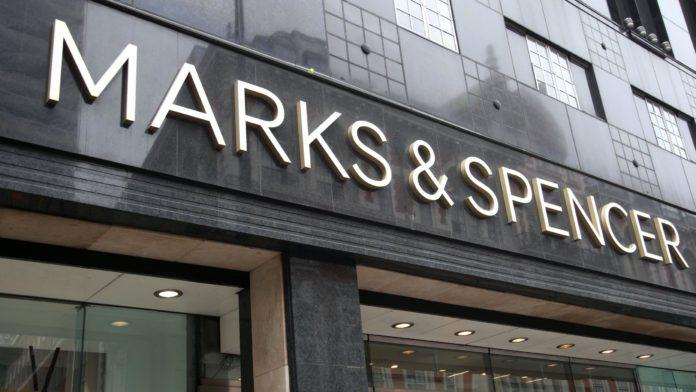 """Marks and Spencer a anunțat planurile de a reduce 950 de locuri de muncă, devenind cel mai recent retailer din Marea Britanie care va restructura în urma pandemiei coronavirusului. Compania a spus că va reduce managementul magazinelor și rolurile sediului central, deoarece accelerează trecerea către o forță de muncă """"mai flexibilă și mai rapidă"""". M&S a început consultarea colectivă cu reprezentanții angajaților și va oferi inițial concedieri voluntare personalului afectat. Reducerile sunt cele mai recente dintr-o bătaie de sânge pe stradă, cu John Lewis, Boots și Debenhams care anunță mii de pierderi de locuri de muncă după ce coronavirusul a forțat magazinele să închidă. Magazinele alimentare M&S au rămas deschise în întreaga perioadă de blocare a Marii Britanii, dar comerțul a fost redus semnificativ în alte părți ale activității sale, cum ar fi îmbrăcămintea. În luna mai, șeful executiv Steve Rowe a declarat că compania va accelera părți din planul său de transformare cu un program denumit Never The Same Again. El a avertizat că unele obiceiuri ale clienților s-au """"schimbat pentru totdeauna"""" ca urmare a crizei coronavirusului. M&S le-a spus anterior investitorilor că """"costurile de asistență centrală și sumele directe vor fi examinate la toate nivelurile"""", ca parte a planului. Sacha Berendji, director de retail, operațiuni și proprietăți la M&S, a declarat luni: """"Propunerile noastre reflectă un pas important în programul Never The Same Again pentru a accelera transformarea noastră și a deveni o afacere mai puternică, mai flexibilă și mai rezistentă. """"Prin criză, am observat cum putem funcționa mai repede și mai flexibil, împuternicind echipele magazinelor și este esențial să încorporam acest mod de lucru. """"Prioritatea noastră este acum să îi sprijinim pe toți cei afectați prin procesul de consultare și nu numai."""""""