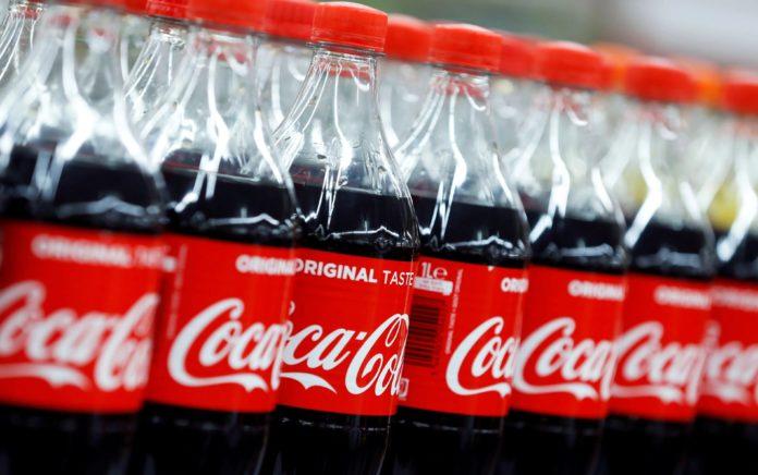 Veniturile Coca-Cola scad cu 33%, dar compania consideră că cererea este în regulă ținând cont de blocajele care sunt la nivel internațional.