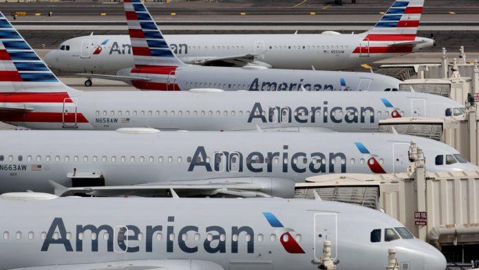 American Airlines a declarat joi că intenționează să suspende serviciul către 15 orașe americane mici cu cerere scăzută în octombrie, după ce termenele de ajutor federal care necesită zborurile expiră, o acțiune care ar întrerupe zborurile programate către nouă destinații din mai multe state. American Airlines și alți transportatori de pasageri din SUA care au acceptat porțiuni de 25 de miliarde de dolari în sprijinul federal de salarizare au fost obligați să mențină niveluri minime de serviciu până la 30 septembrie. American este în prezent singurul transportator care oferă servicii programate către nouă dintre aeroporturile unde intenționează să suspende zborurile. Sunt: Del Rio, Texas; Dubuque, Iowa; Florența, Carolina de Sud; Greenville, Carolina de Nord; Huntington, Virginia de Vest; Joplin, Missouri; New Haven, Connecticut; Roswell, New Mexico; Stillwater, Oklahoma și Williamsport, Pennsylvania. De asemenea, American Airlines intenționează să suspende zborurile către aceste aeroporturi: Sioux City, Iowa; Kalamazoo / Battle Creek, Michigan; Huntington, Virginia de Vest, New Windsor, New York, Springfield, Illinois; Lacul Charles, Louisiana. Sindicatele aeriene și directori de la transportatori au cerut parlamentarilor să acorde alte 25 de miliarde de dolari în subvenții și împrumuturi pentru salarii aeriene. În timp ce inițiativa a obținut sprijin bipartisan în Congres, parlamentarii nu au reușit să ajungă la un acord pentru un alt pachet național de ajutor pentru coronavirus care ar putea include ajutor suplimentar pentru linia aeriană. American se pregătea să reducă serviciile în 30 de orașe, a raportat CNBC săptămâna trecută. Reducerile au efect în perioada 7 octombrie - 3 noiembrie. Aeroporturile au fost selectate pentru că au atras o cerere mică și nu este probabil să recupereze în termenul apropiat. Cererea de călătorie aeriană a scăzut din cauza pandemiei, deoarece îngrijorările cu privire la virus și restricțiile de călătorie țin mulți clienți departe. 