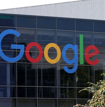 """Departamentul Justiției va depune o acțiune antitrust, iar implicațiile ar putea fi îndepărtate în tehnologie Departamentul de Justiție este așteptat să inițieze un proces marți, în care va susține că Google a abuzat de dominația sa online pentru a înăbuși concurența și a dăuna consumatorilor, conform AP. Washington Post spune că """"ar putea avea implicații vaste nu numai pentru Google, ci și pentru întreaga industrie tehnologică care s-a confruntat cu un control nou, fără precedent, în ultimii ani, pentru puterea, banii și datele de neegalat pe care le-a acumulat"""". Litigiul marchează cel mai semnificativ act al guvernului de a proteja concurența de la cazul său revoluționar împotriva Microsoft de acum mai bine de 20 de ani. Procesul ar putea fi o salvare de deschidere înaintea altor acțiuni antitrust guvernamentale majore, având în vedere investigațiile în curs de desfășurare a marilor companii de tehnologie, inclusiv Apple, Amazon și Facebook, atât la Departamentul de Justiție, cât și la Comisia Federală pentru Comerț. Parlamentarii și susținătorii consumatorilor au acuzat de mult Google, al cărui părinte corporativ Alphabet Inc. are o valoare de piață cu puțin peste 1 trilion de dolari, că a abuzat de dominația sa în căutarea și publicitatea online pentru a înăbuși concurența și a-și spori profiturile. Criticii susțin că amenzile de miliarde de dolari și modificările la nivel de practici Google impuse de autoritățile de reglementare europene în ultimii ani nu au fost suficient de severe și că sunt necesare modificări structurale pentru ca Google să își schimbe comportamentul. Se așteaptă ca dosarul să fie depus la o instanță federală din DC și va pretinde, de asemenea, că Google folosește miliarde colectate de la agenții de publicitate pentru a plăti producătorii de telefoane pentru a se asigura că Google este motorul de căutare implicit al browserelor."""