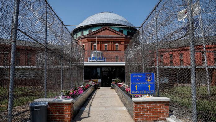 Într-o recunoaștere cuprinzătoare a riscurilor coronavirusului în închisorile înguste, New Jersey a elibera miercuri peste 2.000 de deținuți, ca parte a uneia dintre cele mai mari reduceri dintr-o singură zi a populației de închisoare din orice stat. Pe lângă cei 2.258, vor fi eliberați peste 1.000 de prizonieri în următoarele săptămâni și luni după ce vor câștiga credite de eliberare timpurie pentru timpul petrecut în timpul crizei de sănătate - având ca rezultat o reducere de aproximativ 35% a populației închisorii din New Jersey, de când pandemia a început să devasteze statele nord-estice în martie. Dincolo de imperativele de sănătate, golirea închisorilor vine într-un moment în care există o dezbatere națională intensă privind transformarea unui sistem de justiție penală care să prindă oamenii de culoare într-un număr disproporționat. În New Jersey, susținătorii eliberării deținuților au spus că nu numai că va contribui la securitatea închisorilor, ci și la eforturile statului de a crea un sistem penal mai echitabil. Dar oponenții au spus că sunt îngrijorați de eliberarea a atât de mulți deținuți simultan care ar putea reprezenta un risc de siguranță publică în comunitățile în care ajung. Eliberările în masă au fost posibile datorită unui proiect de lege care a fost adoptat cu sprijin bipartidist în Legislatura din New Jersey și a fost semnat în lege luna trecută de guvernatorul Philip D. Murphy, democrat, ca parte a primei inițiative legislative de acest gen din țară. Deținuții din New Jersey în termen de un an de la finalizarea pedepselor pentru alte infracțiuni decât crimele și agresiunile sexuale sunt eligibili pentru a fi eliberați cu până la opt luni mai devreme. Aceștia vor fi eliberați prin porțile închisorilor de stat și a caselor de la jumătatea drumului sau vor fi conduși cu autobuzul până la centrele de tranzit pentru a începe drumețiile către județul în care au locuit ultima dată, potrivit oficialilor de stat și avocaților justiției penale.