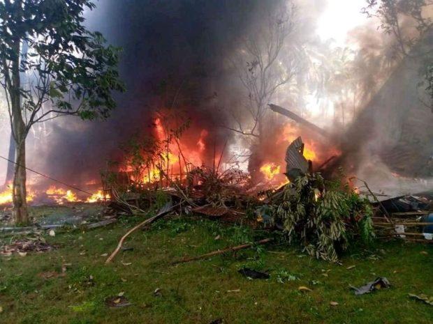 Soldații sar din avion înainte de un accident fatal