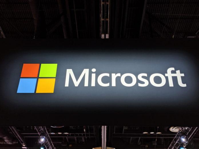 """În urma orientărilor Microsoft de la sfârșitul serii trecute, unele dintre cele mai mari companii de tehnologie din Statele Unite au acceptat să plătească salariile pentru angajații pe oră afectați de răspunsul corporativ continuu la focarul de coronavirus. Este ceea ce trebuie să facă companiile, atât din punct de vedere al sănătății, cât și al securității și să se asigure că lucrătorii pe oră care sunt cei mai afectați de oprirea și lipsurile de muncă nu sunt afectați în mod negativ de evenimentele care nu le pot controla. După cum am raportat mai devreme, Facebook s-a angajat să-și plătească lucrătorii """"contingenți"""". Și conform unui raport din Axios, Amazon, Google și Twitter li se alătură. Apple nu a răspuns încă acestei inițiative. Într-o declarație către Axios, Amazon și-a asumat același angajament pentru angajații săi. """"Vom continua să plătim toți angajații care ne sprijină campusul din Seattle și Bellevue - de la serviciile alimentare, la paznicii de securitate până la personalul de consiliere - în perioada în care angajații noștri sunt rugați să lucreze de acasă"""", a declarat compania într-un comunicat. """"În plus, vom subvenționa o lună de chirie pentru micile afaceri locale care operează în clădirile noastre pentru a le ajuta în această perioadă."""" Google și Twitter și-au asumat aceleași angajamente. Companiile tehnice au preluat această problemă și au primit laude din partea organizațiilor de muncă pentru poziție. Dar organizatorii din zona golfului și nu numai, încurajează companiile să amortizeze lovitura pe oră, lucrătorii se vor confrunta cu salariile pierdute din cauza închiderii birourilor. Problema a atras chiar atenția senatorului democrat Mark Warner din Virginia, care presează companiile Uber, Lyft, Postmates și DoorDash să ofere compensații pentru lucrătorii afectați de coronavirus."""