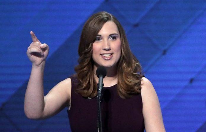 """Pentru prima dată în istoria SUA, un stat a ales un senator de stat transgender. Democratul Sarah McBride, care a făcut istorie și prima persoană transgender care a vorbit la o convenție de partid majoră, a câștigat în districtul ei extrem de democratic din Delaware, așa cum era de așteptat. Politico rapoarte care o fac """"cea mai înaltă oficială în mod deschis transgender din țară"""". Ceilalți patru legislatori de stat în mod deschis transgender sunt delegați sau reprezentanți. """"Victoria covârșitoare a lui Sarah este o dovadă puternică a influenței crescânde a liderilor transgender în politica noastră și dă speranță nenumăratelor persoane trans care privesc spre un viitor mai luminos"""", a spus fostul primar din Houston Annise Parker, președinte și CEO al LGBTQ Victory Fund declarație citată de Politico. Primul parlamentar în mod deschis transgender al națiunii a fost ales acum trei ani."""