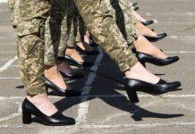 Ucraina dă înapoi în ideea sa de a le face pe femeile militare să mărșăluiască cu tocuri